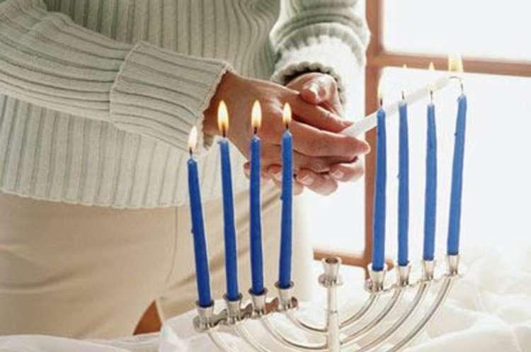 Как и с какой стороны зажигают свечи на ханукие?