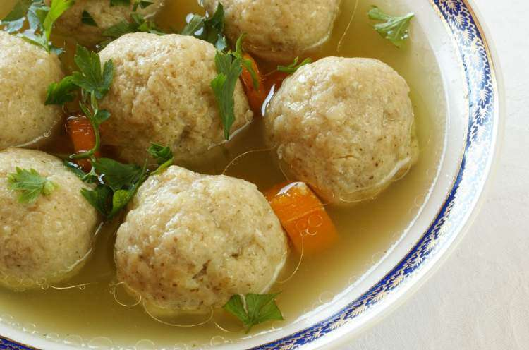 Классический суп с кнейдалах на Шаббат