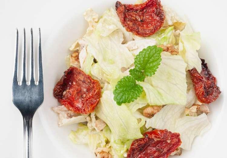 Салат из капусты и сухофруктов на Ту би-Шват - фото не обязательно соответствует тому, как выглядит салат.